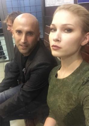 Британский журналист Грэм Филлипс и  активистка Мария Катасонова в отделении полиции.