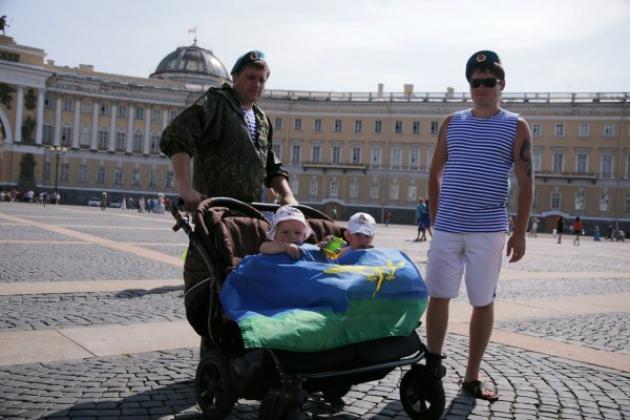 В день ВДВ в Петербурге увели ЛГБТ-активистов с Дворцовой площади