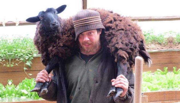 Джастас Уолкер — американский фермер в российской глубинке.
