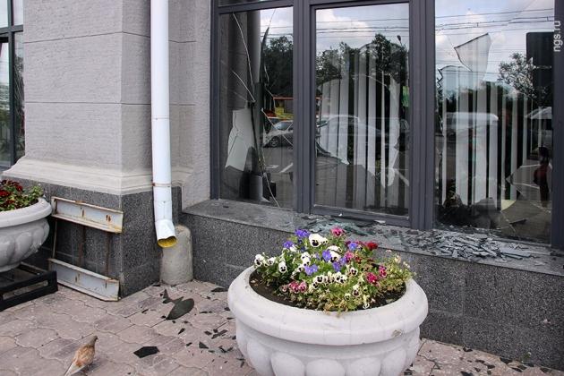 В Омске мужчина перебил окна мэрии кувалдой. Фото ngs55.ru