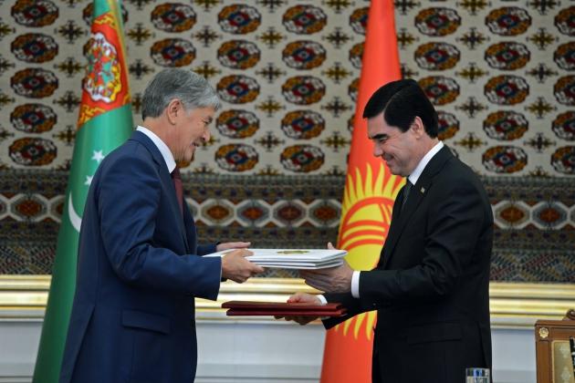 Президент Киргизии Алмазбек Атамбаев (слева) и Президент Туркменистана Гурбангулы Бердымухамедов.