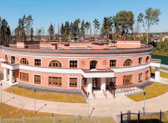 В Подмосковье отстроили круглый детский сад с «половиной заведующей»