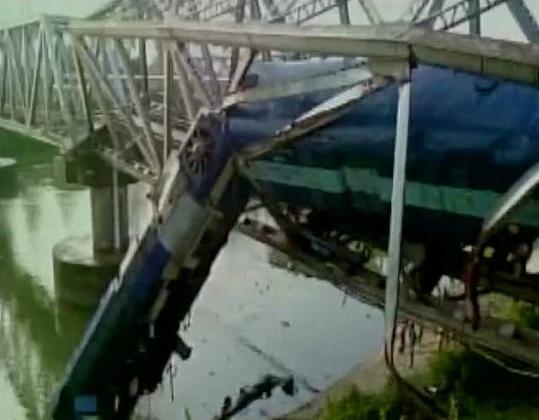 Пассажирский поезд сошёл с рельсов и частично упал в реку.