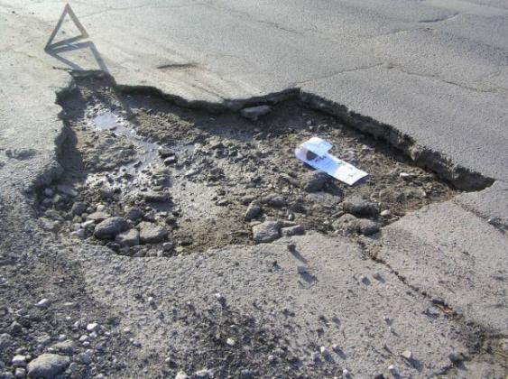 Разбитая дорога в Крыму.