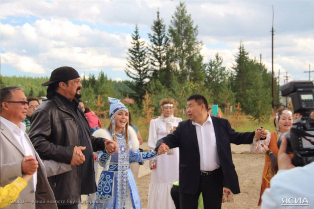 Стивен Сигал ищет свои корни в якутском селе
