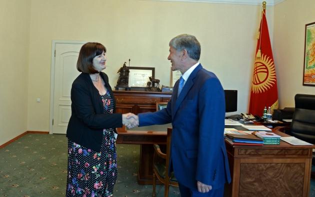 Президент Киргизии — Алмазбек Атамбаев и посол Германии — Гудрун Мария Срэга.