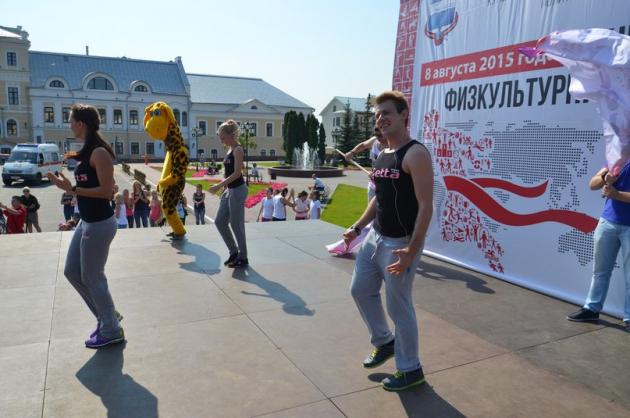В Калуге День физкультурника начался с общегородской зарядки. Фото nikatv.ru