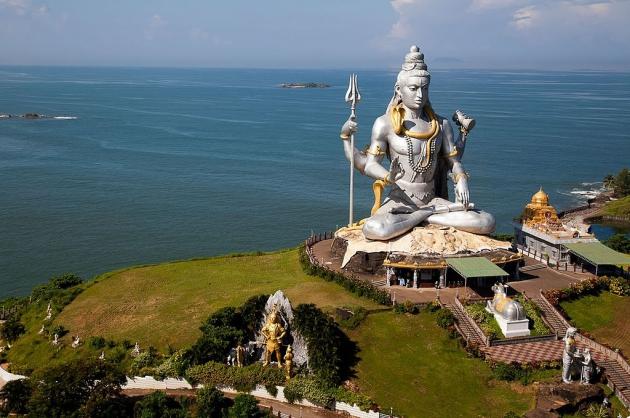 Статуя Шивы в Индии.