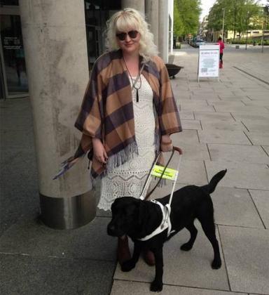 Тина Мари Асикайнен с собакой-поводырем.