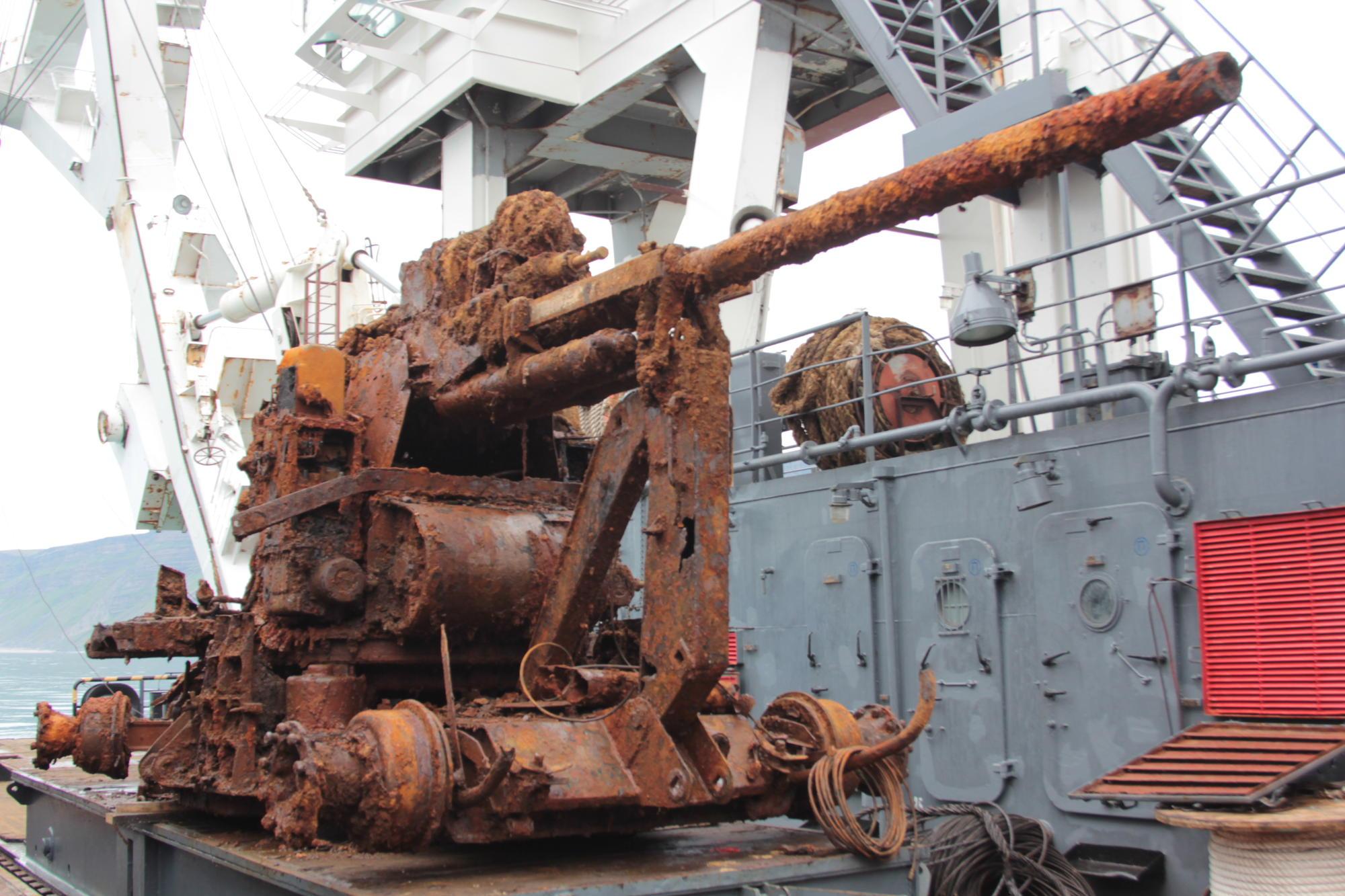 Военные водолазы подняли на поверхность американскую технику.