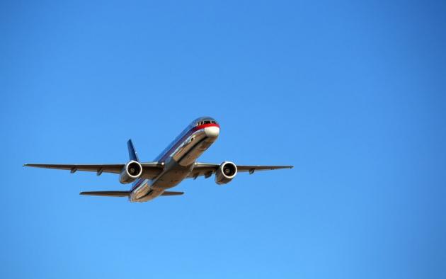 . Boeing 757 в безоблачном небе.