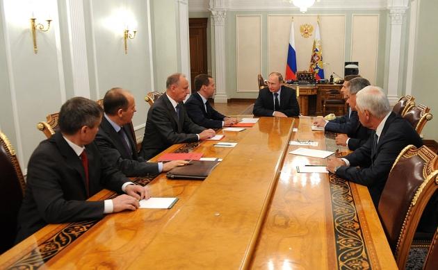 Президент обсудил с Совбезом обстрелы Донбасса и противодействие ИГИЛ