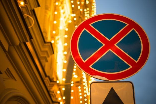 Дорожный знак 3.27 «Остановка запрещена».