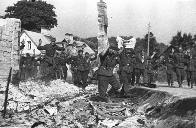 Михаил Савин. Немецкие солдаты сдаются в плен в Вильнюсе. 1944 год