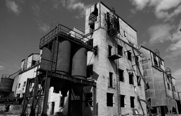Заброшенный зернообрабатывающий завод.