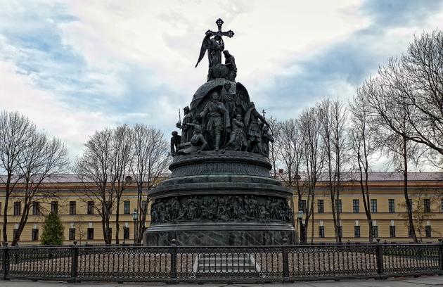 Памятник Тысячелетие России в Новгороде.