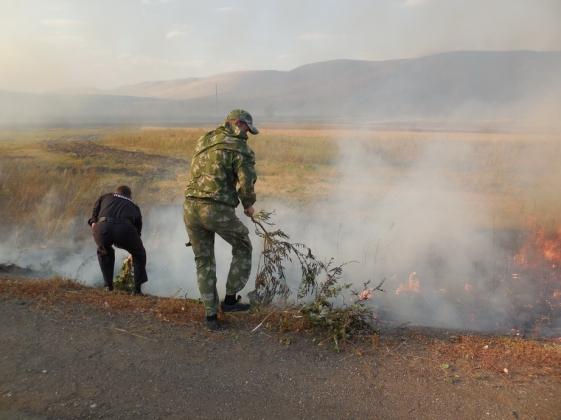 В селе Васильевка продолжают тушить крупный пожар.