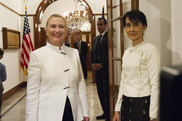 Аун Сан Су Чжи и Хиллари Клинтон 1 декабря 2011 года.