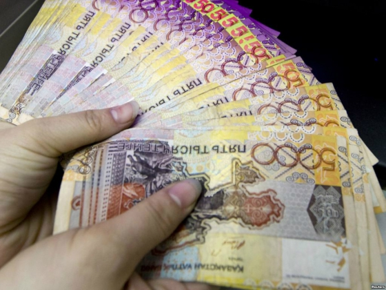 Ажиотажный спрос на доллары в Казахстане вызвало падение курса тенге