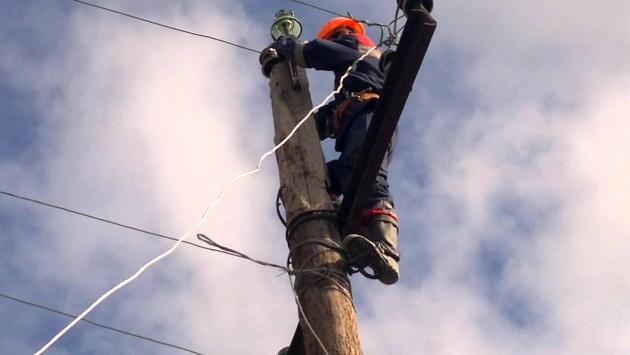 Электрик восстанавливает электро снабжение.
