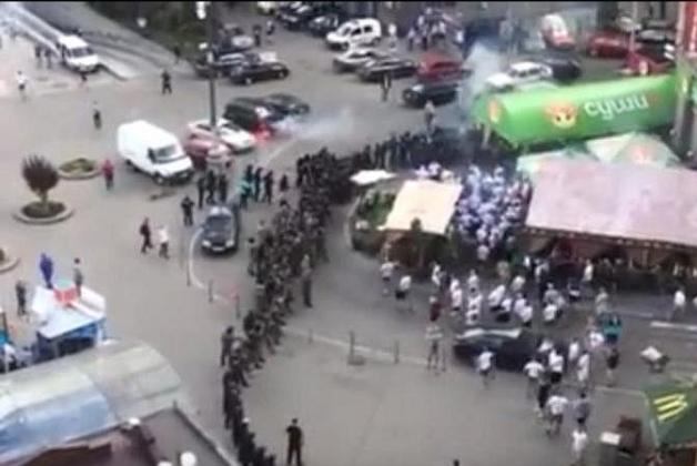 В Киеве на Майдане подрались украинские и польские болельщики.