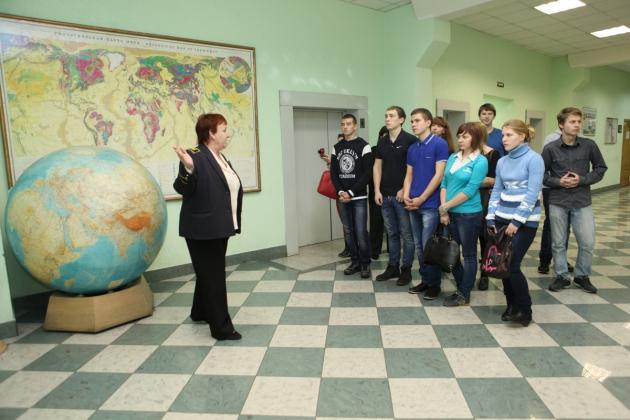Экскурсия школьников по Горному вузу.