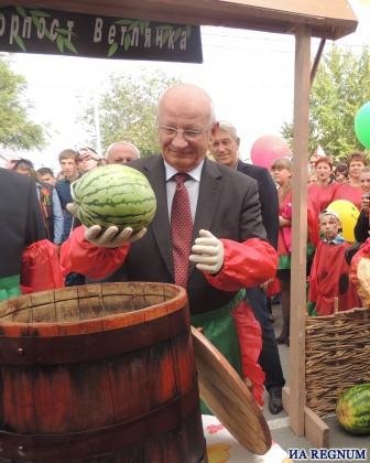 Оренбургский губернатор дает старт засолке арбузов