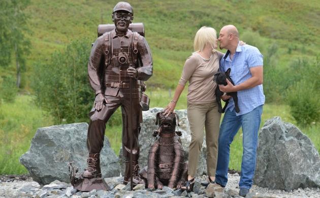 Памятник путешественникам установили на въезде в Республику Алтай
