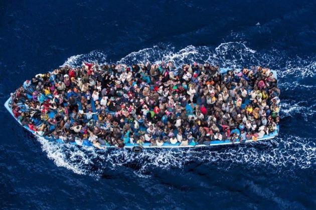 Лодка с беженцами из стран Африки.