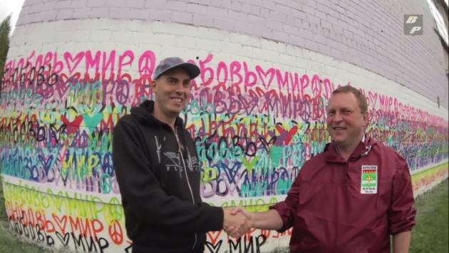 Американский художник раскрасил стену в подмосковном Рошале