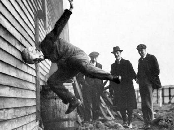 Тестирование шлема для регби. 1912 год