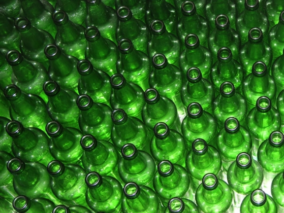 Пустые бутылки без содержимого.