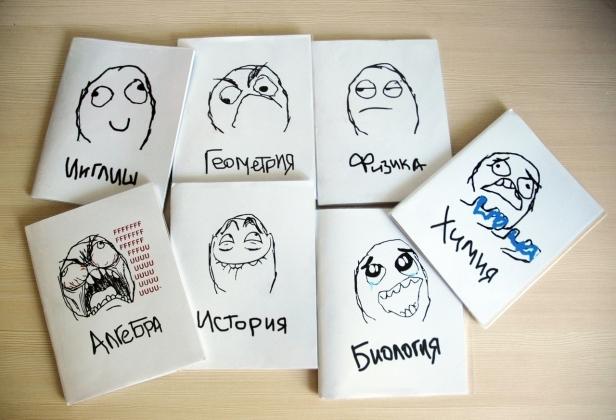 Школьные тетради с картинками мемов из fuu-комиксов.