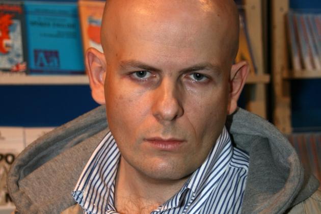 На доме Олеся Бузины повесили доску в честь подозреваемых в его убийстве