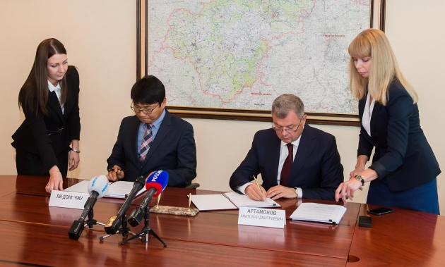Анатолий Артамонов и Ли Донг Чжу подписывают соглашение о сотрудничестве.