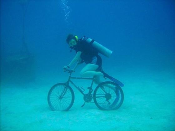 Дайвер на велосипеде.