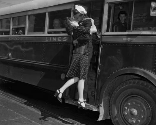 Моряк целует девушку на прощание (1948)