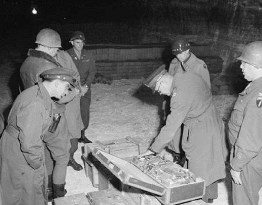 Эйзенхауэр и Бредли осматривают золото СС.
