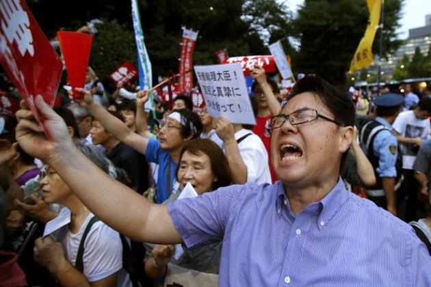 Акция протеста против закона, расширяющего полномочия национальных сил самообороны Японии.