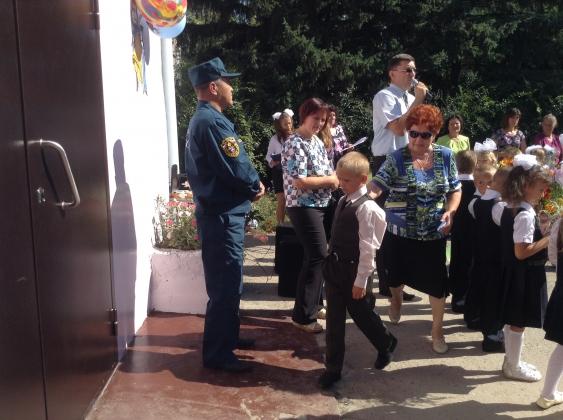 В алтайском селе Кучук на школьной линейке дети едва не падали в обморок