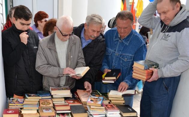 Акция «Книжный двор» в библиотеке города Дудинка, Красноярский край. Фото: gorod-dudinka.ru