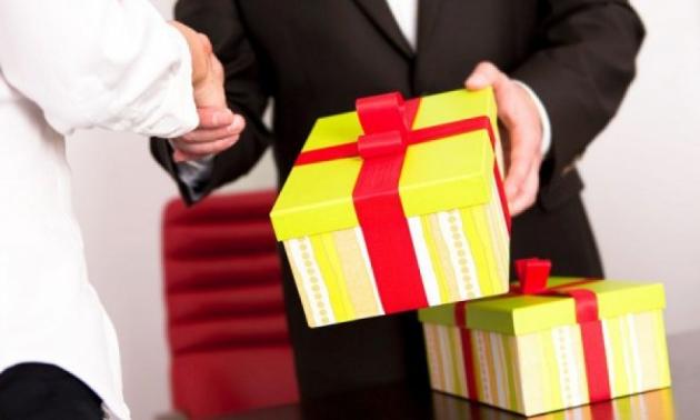 Новосибирских чиновников обязали сдавать или выкупать подарки