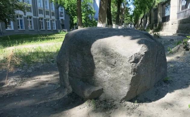 В Новосибирске «чертов камень» спасли от медиков