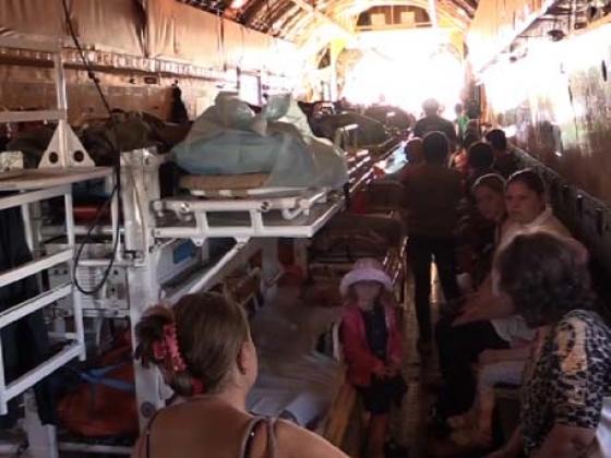 Больные дети и их матери на борту самолёта МЧС.