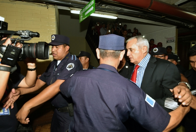 Суд в Гватемале поместил под стражу экс-президента.