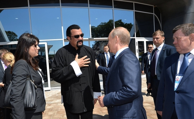 Путин отшутился в ответ на предложение боя со Стивеном Сигалом.