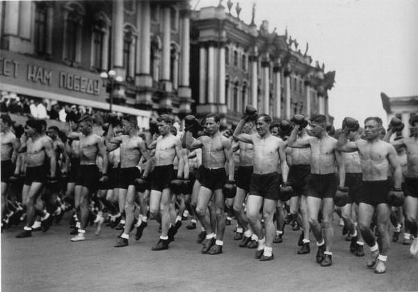 Колонны физкультурников на площади Урицкого. Ленинград, 1933 год