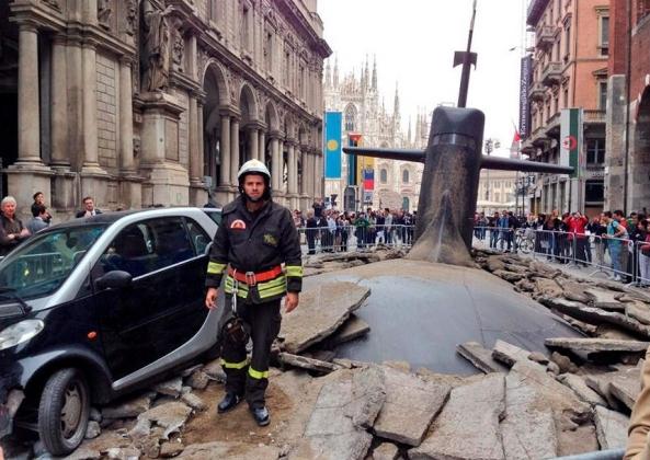 Российская подлодка, «всплывшая» в центре Милана и напугавшая жителей города. Инсталляция 2013 года.