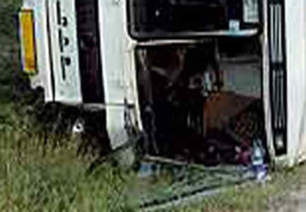 Перевернувшийся автобус.