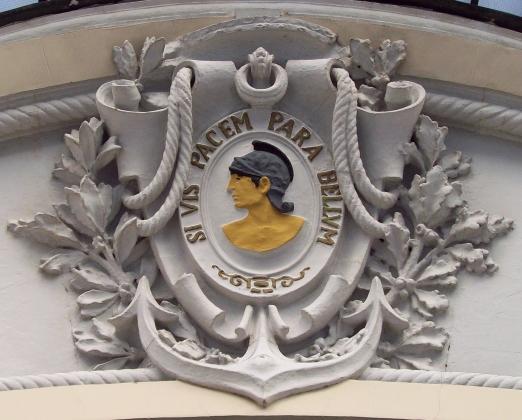 Хочешь мира— готовься к войне. Рельеф на въезде в бывшее военное казино Мадрида, построенное в 1916 году